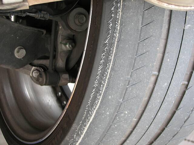 Image montrant un pneus avec une usure irrégulière sur l'intérieur de flan du a un défaut de parallélisme